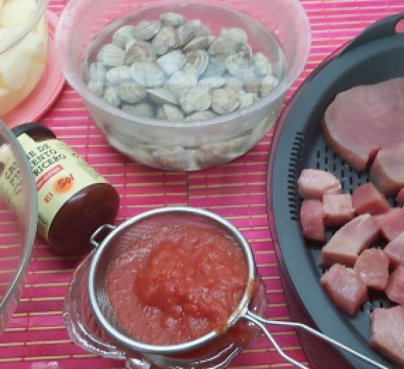 Guisado de patatas con atún fresco y chirlas