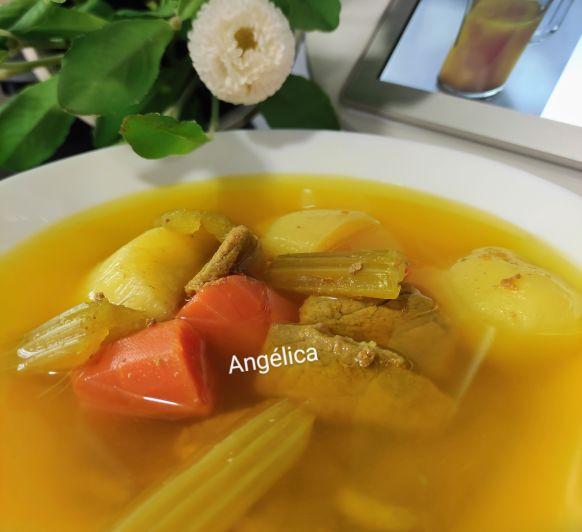 Caldo de carne con verduras, pollo con piña al curry y ensaladilla con Thermomix®