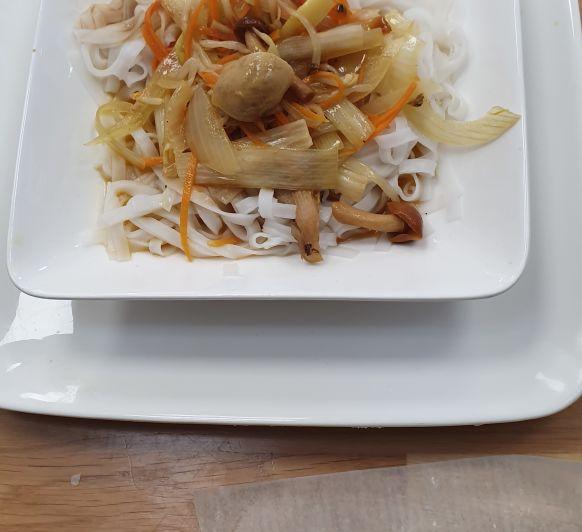 Chop suey vegetariano con Noodles de arroz