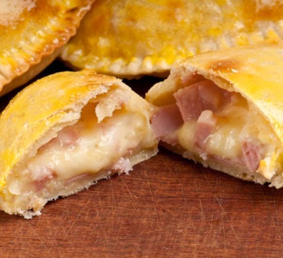 Empanada con jamón y mozarela