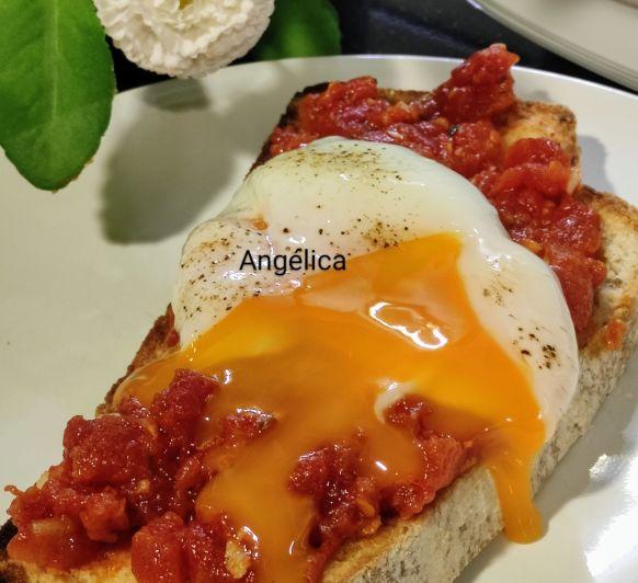 Bruschetta de tomate con huevo a baja temperatura y pan sin gluten con Thermomix®