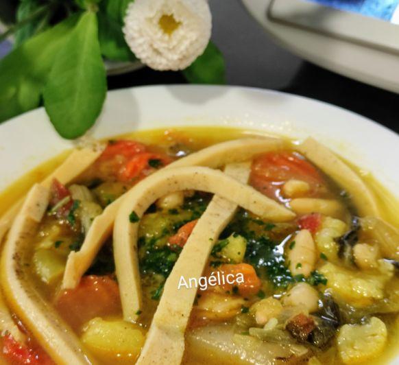 Sopa de verduras con noodles de tortilla francesa con Thermomix®