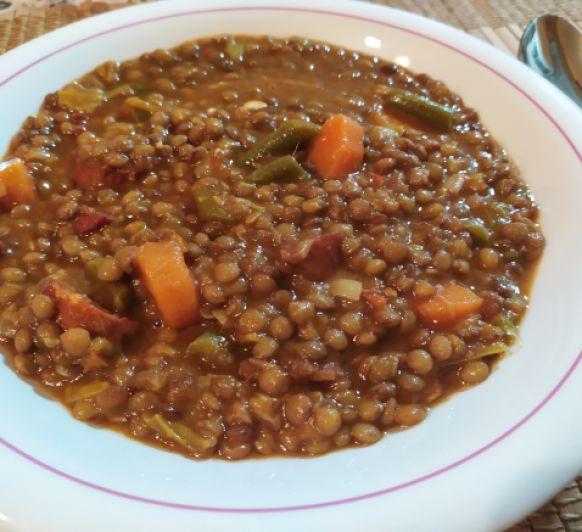 Lentejas con chorizo, jamón y verduras